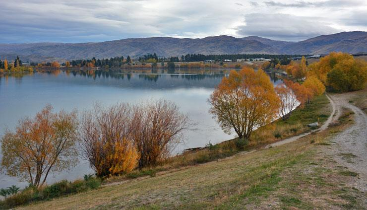 Walking track alongside the Clutha river in autumn