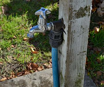 Spring-loaded drinking water tap